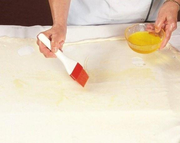 Смазываем маслом тесто на штрудель