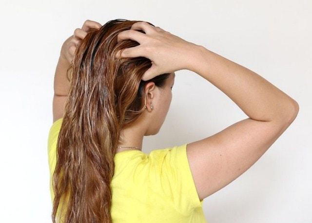 Втирание масла миндаля в волосы