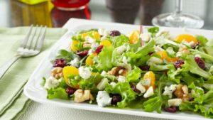 Салат с сыром, грушей и дижонской горчицей