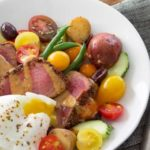Салат с семенами чиа, тунцом, помидорами и яйцом